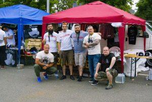 """Das """"Black Legion""""-Team (1.v.l und 2.v.r.) auf dem """"Rock für Deutschland"""" 2017 in Gera, zusammen mit der italienischen Neonazi-Band """"Black Arrows"""". Ganz rechts der Cottbuser Neonazi, Sänger der RechtsRock-Band """"Hausmannskost"""" und Betreiber von """"Rebel Records"""" Martin Seidel"""