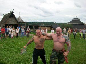 """Sergey Lyuber und Roman Kvasha in einem """"slawischen"""" Dorf; Ihre Neonazi-Tattoos brauchen sie dort nicht zu verstecken"""
