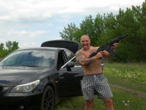 Sergey Lyuber mit Maschinenpistole