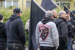 """""""Pro Violence"""" auf einer neonazistischen Demonstration am 1. Mai 2015 in Neubrandenburg"""