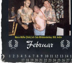 """Marco Müller (1. v. l.) auf einem Foto im """"Club 88""""-Kalender 2008; Auf dem Bauch ein Ku-Klux-Klan-Tattoo"""