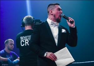 """Nikita Cain, Sänger der Band """"You Must Murder"""" als Ringsprecher für """"White Rex"""""""