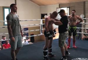 """Petr Beranekvom (1. v. l.) von """"Team White Rex Czechia"""" als Ringrichter beim """"Force & Honneur"""" 2017 in der Nähe von Genf"""