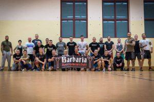 """Sebastian Dahl (1. v. l.), Martin Langner (am Banner links) und Christoph Mohrmann aus Bremen (3. v. r.) beim einem Selbstverteidigungskurs des """"Barbaria Schmölln""""-Gym"""
