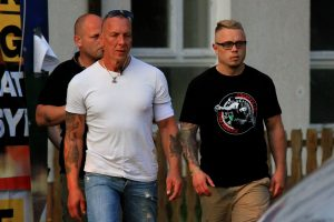 "Christoph Drewer (r.) im ""NS Fightclub Bulgarien""-T-Shirt in Ostritz 2018 (Bild: Endstation Rechts)"