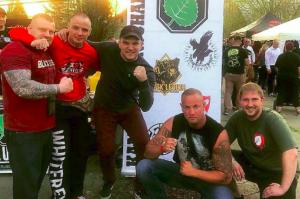 Tomasz Skatulsky und Denis Nikitin (2.&3. v. l.) sowie Alexander Deptolla (r.) 2018 in Ostritz (Bild: Screenshot Facebook)