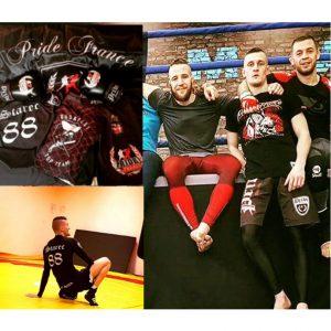 """Zoltan """"Starec"""" Suhajda vom """"Top Team Budapest"""" in Fightshorts der Neonazimarke """"Pride France"""" und mit eindeutigen Symbolen auf seiner Trainingskleidung"""