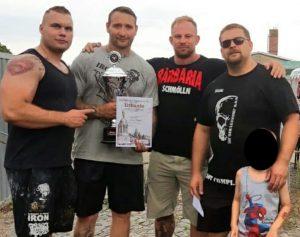 """Mathias Buchta (2.v.l.) und Matthias Langner (2.v.r.) bei einem Wettkampf des """"Barbaria Schmölln"""" im Juli 2018 (Screenshot Facebook)"""