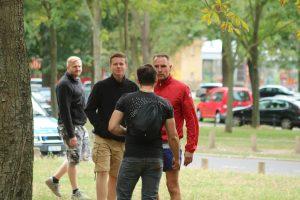 """Frank Fischer (rote Trainingsjacke) auf dem """"Europa Nostra""""-Fest der """"Identitären Bewegung"""" in Dresden am 25. August 2018 (Bildrechte: Endstation Rechts)"""