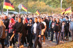 Martin Wegerich (mitte mit Fischerhut) und rechts daneben Tim Kühn auf dem Aufmarsch am 7. September 2018 in Chemnitz (Bildrechte: Tim Mönch)