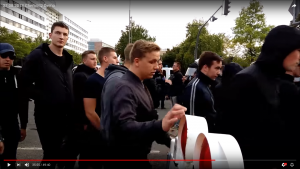Tobias Rzehaczeck (2.v.l) auf dem Aufmarsch am 27. August 2018 in Chemnitz (Screenshot YouTube)