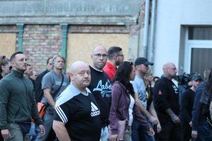 Steffen Bösener, mittig mit Glatze und Brille, auf dem Aufmarsch am 16. September 2018 in Köthen (Bildrechte: Pixelarchiv)