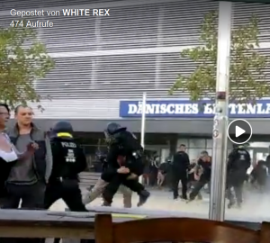 """Ein Teilnehmer des rechten Aufmarsch am 26. August 2018 in Chemnitz scheint tatsächlich die MMA-Technik """"Doubleleg"""" zu nutzen, um einen Polizisten zu Fall zu bringen (Screenshot Facebook)"""