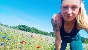 """Die französische Kickboxerin Emma Gongora mit einer tätowierten """"Schwarzen Sonne"""" (Screenshot Facebook)"""