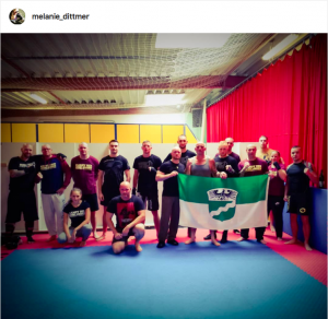 Die Trainingsgruppe um Melanie Dittmer (2.v.r.) und Frank Krämer (an der Flagge links) (Screenshot Instagram)