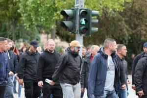 Martin Langner (Mitte mit schwarzem Pullover, ohne Mütze) bei einem Aufmarsch am 1. Septemer 2018 in Chemnitz (Bildrechte: Exif-Rechreche)